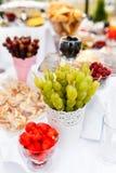 Unterschiedliche Art von Früchten bei Tisch auf einem Hochzeitsfest Stockfoto