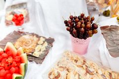 Unterschiedliche Art von Früchten bei Tisch auf einem Hochzeitsfest Stockbilder