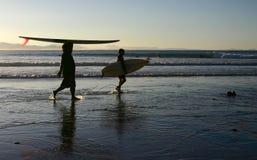 Unterschiedliche Arten des Tragens eines Surfbrettes Stockbilder