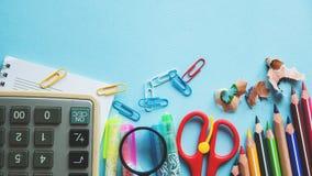 Unterschiedliche bunte Bleistifte und Scheren oder Büroartikel auf einem weißen Hintergrund Bildung oder Geschäftskonzept Leerer  Lizenzfreies Stockfoto