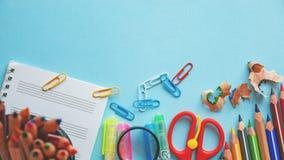 Unterschiedliche bunte Bleistifte und Scheren oder Büroartikel auf einem weißen Hintergrund Bildung oder Geschäftskonzept Leerer  Lizenzfreie Stockbilder
