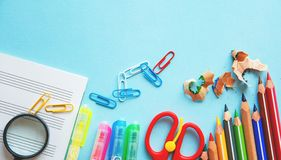 Unterschiedliche bunte Bleistifte und Scheren oder Büroartikel auf einem weißen Hintergrund Bildung oder Geschäftskonzept Leerer  Lizenzfreie Stockfotos