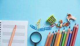 Unterschiedliche bunte Bleistifte und Scheren oder Büroartikel auf einem weißen Hintergrund Bildung oder Geschäftskonzept Leerer  Stockbilder