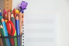 Unterschiedliche bunte Bleistifte und Scheren oder Büroartikel auf einem weißen Hintergrund Bildung oder Geschäftskonzept Leerer  Stockfotografie