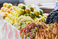 Unterschiedliche bunte Frucht am Markt in Batumi, Agaria, Georgia stockbild