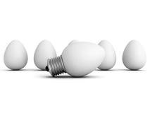 Unterschiedliche Glühlampelampe der Idee heraus von den Eiern drängen sich Stockbild