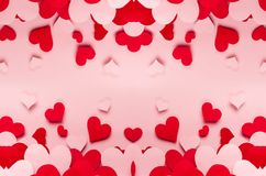 Unterschiedliche Größe der roten und rosa Papierherzen auf rosa Hintergrund Valentine Day-Hintergrund Lizenzfreies Stockbild