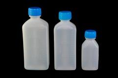 Unterschiedliche Größe drei von Plastikflaschen mit Skala für flüssige Medizin Lizenzfreies Stockfoto