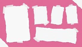 Unterschiedliche Größe ordnete weiße Anmerkung, Notizbuch, Schreibheftblätter, die Streifen an, die mit Klebeband auf quadratisch Lizenzfreie Stockbilder