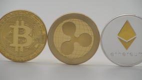 unterschiedliche körperliche Währung des Metall 4K auf weißem Hintergrund Cryptocurrency Münzedan vektor abbildung