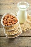 Unterschiedliche Milch des strengen Vegetariers im Glas Mandelmilch, sezame Milch und oatm lizenzfreie stockfotos