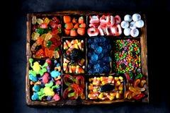 Unterschiedliche Süßigkeit - Frösche, Bären, Würmer, Kürbise, Augen, Samen in der Glasur, Kiefer, Kürbise für Halloween Lizenzfreies Stockfoto