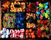 Unterschiedliche Süßigkeit - Frösche, Bären, Würmer, Kürbise, Augen, Samen in der Glasur, Kiefer, Kürbise für Halloween Stockfoto