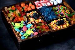 Unterschiedliche Süßigkeit - Frösche, Bären, Würmer, Kürbise, Augen, Samen in der Glasur, Kiefer, Kürbise für Halloween Lizenzfreie Stockbilder