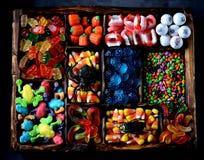 Unterschiedliche Süßigkeit - Frösche, Bären, Würmer, Kürbise, Augen, Samen in der Glasur, Kiefer, Kürbise für Halloween Stockfotos