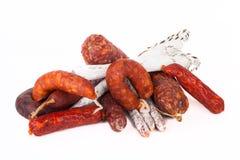 Unterschiedliche Salami auf einem weißen Hintergrund Stockfotos