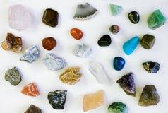 Unterschiedliche Steinmineralsammlung lokalisiert auf Weiß Stockfotos