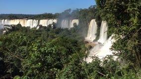 Unterschiedliche Ströme des Iguazu-Flusses, eine Kaskade von Wasserfällen im Nationalpark Iguazu in Nord-Argentinien bildend stock video footage