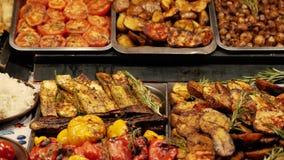 Unterschiedliche Straßennahrung gekocht auf dem Grill stock footage