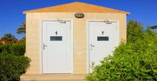 Unterschiedliche Toilette auf dem Strand Lizenzfreie Stockfotos