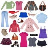 Unterschiedliche weibliche Kleidung, Schuhe und Zubehör Stockfotografie
