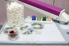 Unterschiedliche zahnmedizinische Ausrüstung Stockbild