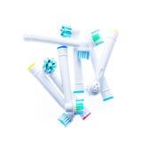 Unterschiedlicher Ersatz der elektrischen Zahnbürste geht mit Farbringen voran Stockfotografie