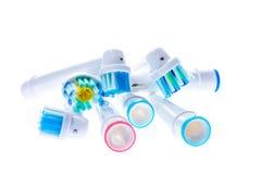 Unterschiedlicher Ersatz der elektrischen Zahnbürste geht mit Farbringen voran Lizenzfreies Stockbild
