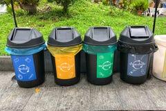 Unterschiedlicher farbiger Park der Behälter öffentlich für Sammlung Recycle Material lizenzfreies stockfoto