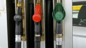 Unterschiedliches altes Benzin-Gewehr an einer Tankstelle Gastanksäuledüse stock video footage