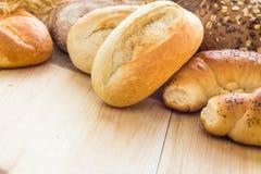 Unterschiedliches Bäckereiprodukt-Brötchenkorn stockbilder