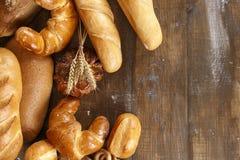 Unterschiedliches Brot auf einem Holztisch Stockfotos