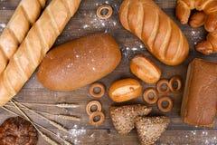 Unterschiedliches Brot auf einem Holztisch Lizenzfreies Stockbild