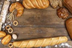Unterschiedliches Brot auf einem Holztisch Lizenzfreie Stockbilder