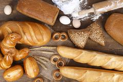 Unterschiedliches Brot auf einem Holztisch Lizenzfreie Stockfotos