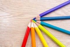 Unterschiedliches farbiges Bleistiftfoto mit Raum für Text Sieben Bleistifte von Regenbogenfarben liegen auf dem Tisch Copyspace  Stockfotos