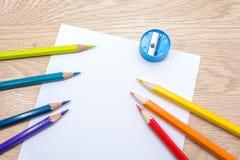 Unterschiedliches farbiges Bleistiftfoto mit Raum für Text Sieben Bleistifte von Regenbogenfarben liegen auf dem Tisch Copyspace  Stockfoto