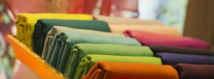 Unterschiedliches Farbseidengewebe Stockbilder