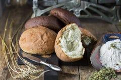 Unterschiedliches frisches selbst gemachtes Brot Stockbild