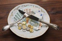 Unterschiedliches Geld auf der Platte Lizenzfreie Stockfotografie