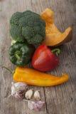 Unterschiedliches Gemüse auf Holzoberfläche lizenzfreie stockfotografie