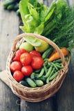 Unterschiedliches Gemüse im Großen Korb Beschneidungspfad eingeschlossen Lizenzfreie Stockfotos