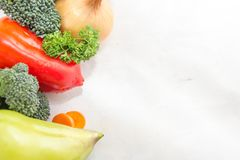 Unterschiedliches Gemüse und frische Kräuter auf der weißen Tabelle Raum für Text, Zeichen Stockfotografie
