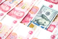 Unterschiedliches Konzept mit US-Dollar Rechnung im Stapel des chinesischen Yuanbi Lizenzfreie Stockfotografie