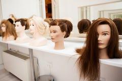 Unterschiedliches Mannequin mit verschiedenen Frisuren Stockfotos