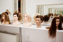 Unterschiedliches Mannequin mit verschiedenen Frisuren Lizenzfreie Stockfotos