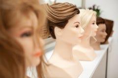 Unterschiedliches Mannequin mit verschiedenen Frisuren Lizenzfreies Stockbild