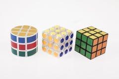 Unterschiedliches Würfelpuzzlespiel der Farbe drei mit Beschneidungspfad stockbild