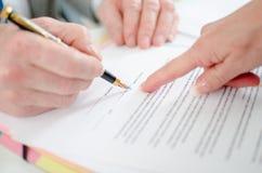 Unterschrift eines Vertrages Stockfotos