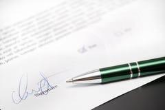 Unterschrift und Feder Lizenzfreie Stockfotografie